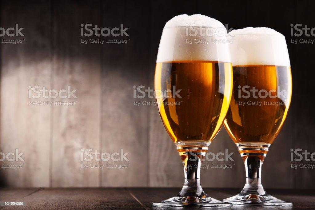 Komposition mit zwei Gläsern Lagerbier – Foto