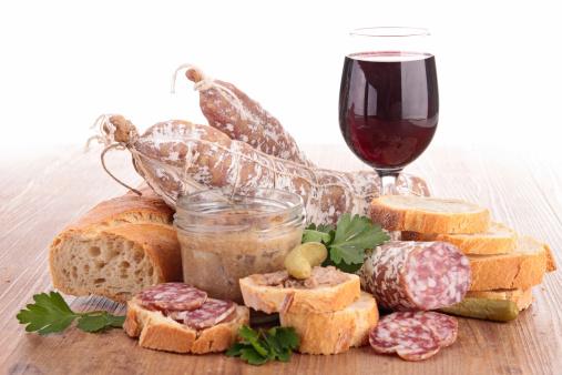 Composición Del Vino Pate Y Salchichas Foto de stock y más banco de imágenes de Alimento