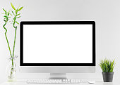 隔離された白い画面を持つオフィステーブルの1つにすべてをコンピュータ