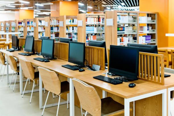 Computer- und Bücherregale in der modernen Bibliothek – Foto