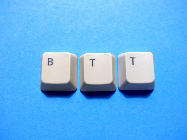 Los botones del ordenador forman una abreviatura de BTT (Back to Topic). Argot de computadora e Internet. - foto de stock