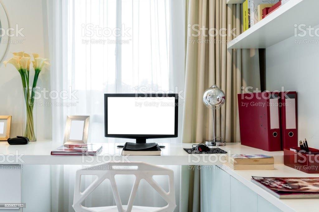 Computer Display Und Officetools Auf Schreibtisch Im Haus Desktopcomputerbildschirm Isoliert Moderne Kreative Arbeitsbereich Hintergrund Arbeitsplatz Zu Hause Stockfoto Und Mehr Bilder Von Akte Istock
