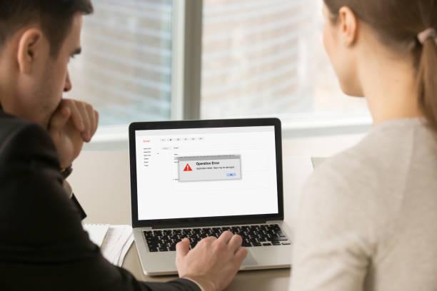 computerfehler, geschäftsmann und geschäftsfrau laptop zu betrachten, - fehlermeldung stock-fotos und bilder