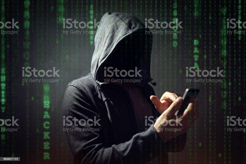 Computer-Hacker mit Handy – Foto