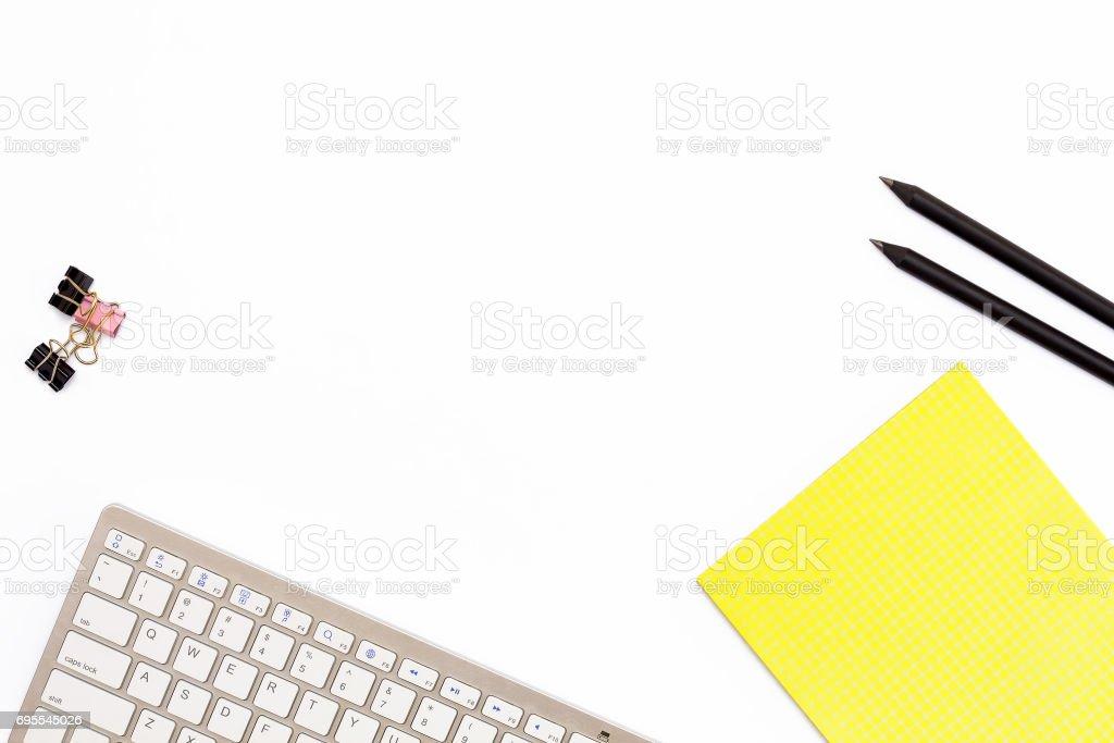 Photo de stock de clavier dordinateur un pad jaune deux crayon