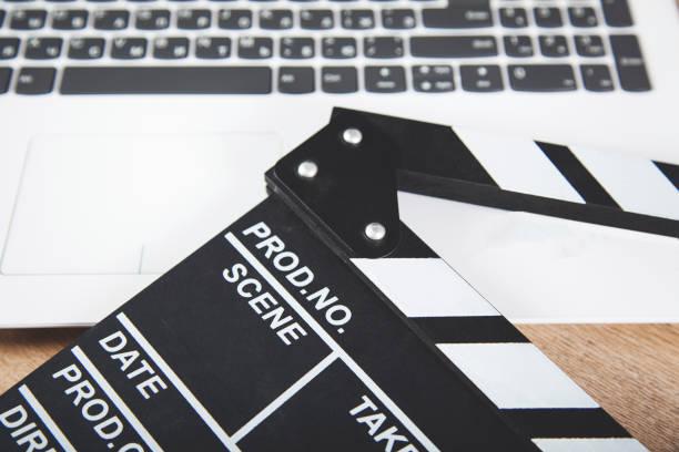 computertastatur mit filmzeichen - drehbuchautor stock-fotos und bilder