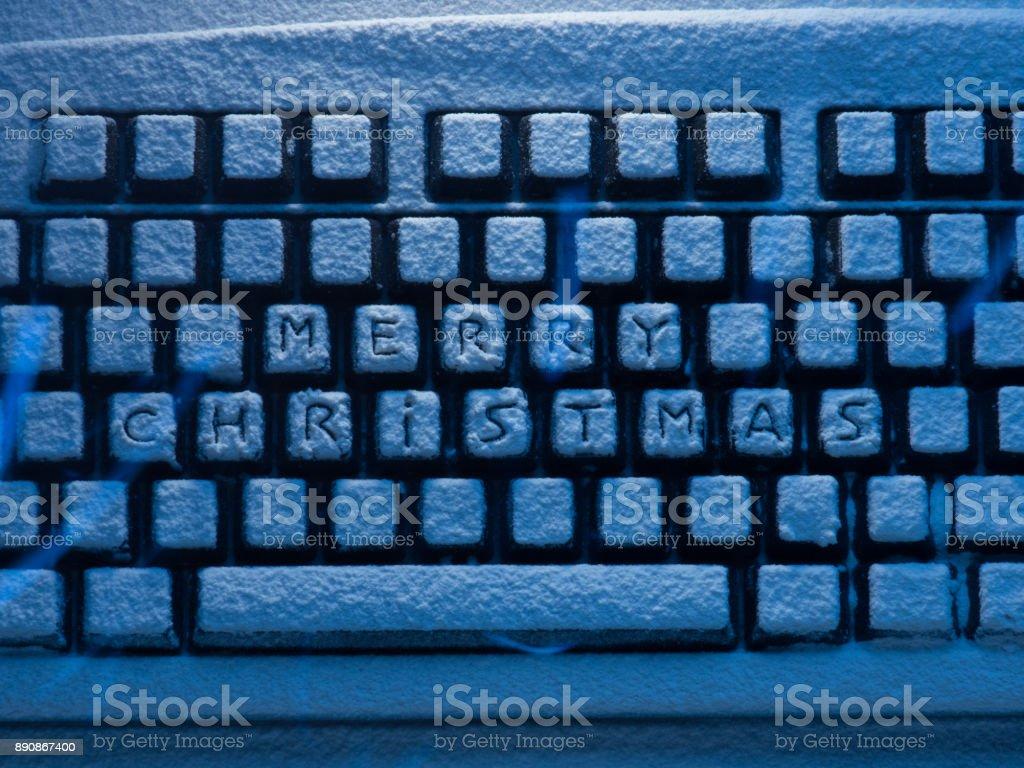 Schriftzug Frohe Weihnachten Beleuchtet.Computertastatur Mit Text Frohe Weihnachten Auf Schaltflachen Mit Blauem Neonlicht Beleuchtet Schneebedeckt Stockfoto Und Mehr Bilder Von Baumarkt