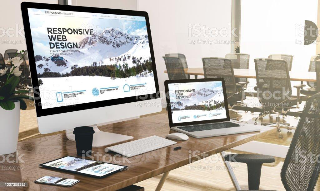Computer, Laptop, Tablet und Handy mit responsive Web Design Website unter Büro-Mock-up – Foto