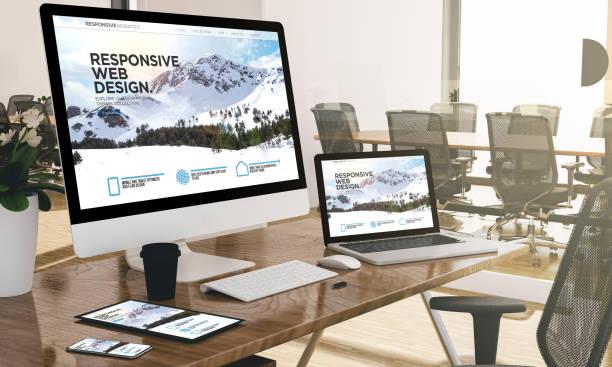 computer, laptop, tablet und handy mit responsive web design website unter büro-mock-up - webdesigner stock-fotos und bilder