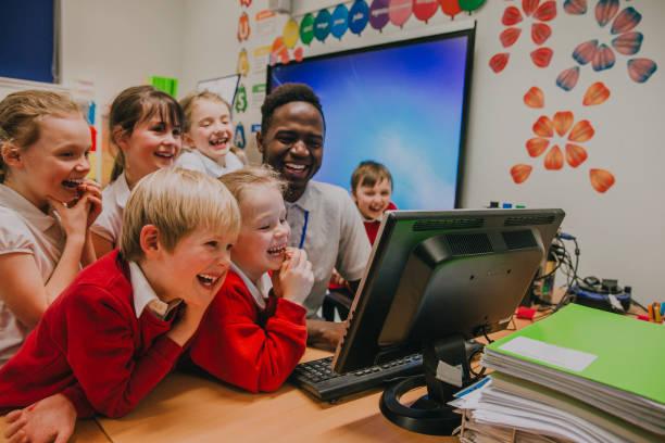 computer-unterricht in der schule - schulkind stock-fotos und bilder