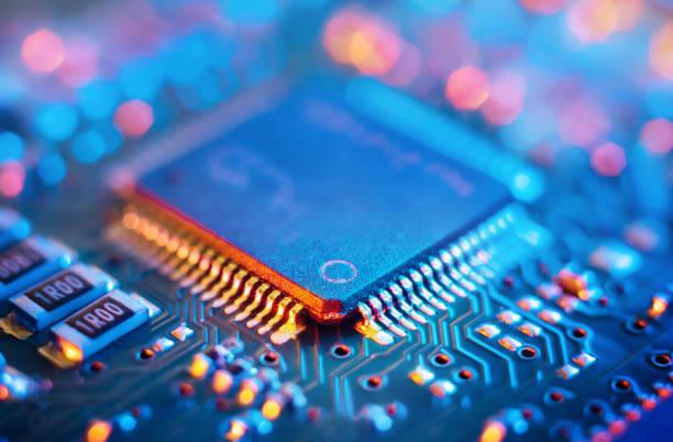 電子回路基板上のコンピュータマイクロチップとプロセッサ。抽象的な技術マイクロエレクトロニクスコンセプトの背景。マクロショット、浅い焦点。 - 半導体 ストックフォトと画像