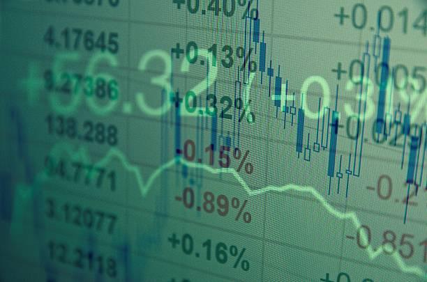 Computer-monitor mit trading-software. Finanzielle Informationen. – Foto