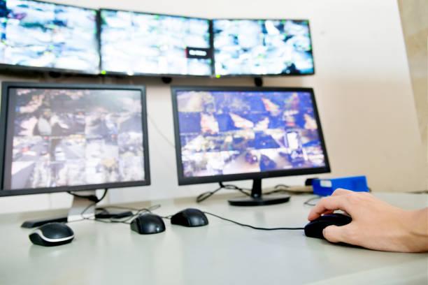 computer-monitore im kontrollraum - maus video stock-fotos und bilder