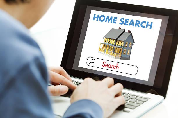 online-internet-computer zu hause suchen, wohnungssuche für real estate - immobilienangebote stock-fotos und bilder