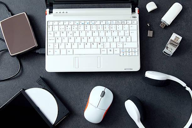 urządzenia peryferyjne komputera & akcesoria do laptopów. skład na kamieniu - akcesorium osobiste zdjęcia i obrazy z banku zdjęć
