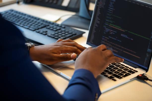 computerprogrammierer arbeitet am laptop - alvarez stock-fotos und bilder