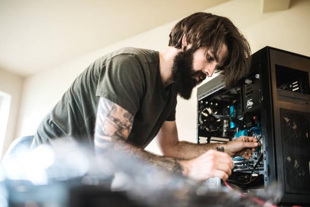 computer-reparaturtechniker arbeiten im innenministerium - tattoo maker online stock-fotos und bilder