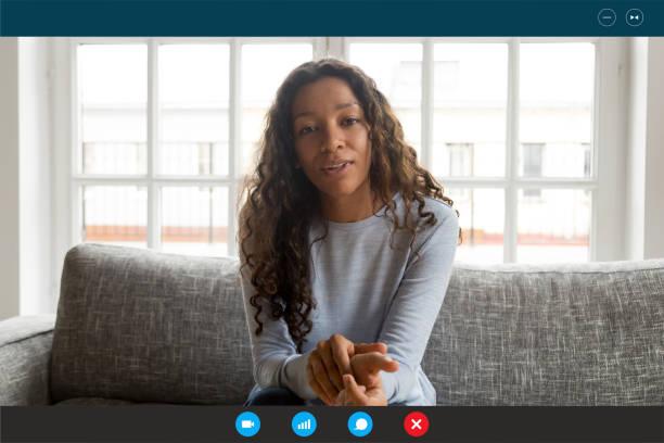Computer-Bildschirm-Ansicht Frau, die Webcam sprechen mit Videoanruf – Foto