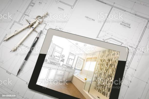 De Tablet Van De Computer Met Master Badkamer Design Over Huis Plannen Potlood En Kompas Stockfoto en meer beelden van Architect