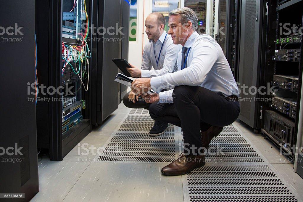 Computador técnico na sala do servidor - foto de acervo