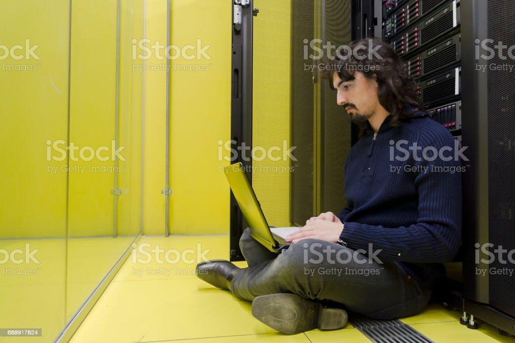 Computer Technician working in datacenter – Foto