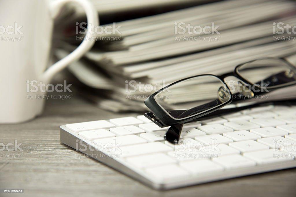 Computer und Zeitungen stock photo