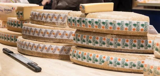 comte cheese wheels, covered market, dijon, france - ser comte zdjęcia i obrazy z banku zdjęć
