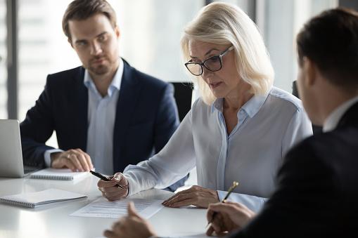 Konzentriert Alter Geschäftsfrau Vertrag Vor Der Unterzeichnung Prüfen Stockfoto und mehr Bilder von Abmachung