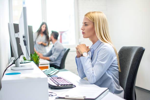 Konzentrierte Geschäftsfrau vor Computer im Büro – Foto
