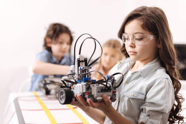 mädchen mit tech-lektion in der schule konzentriert - lernfortschrittskontrolle stock-fotos und bilder