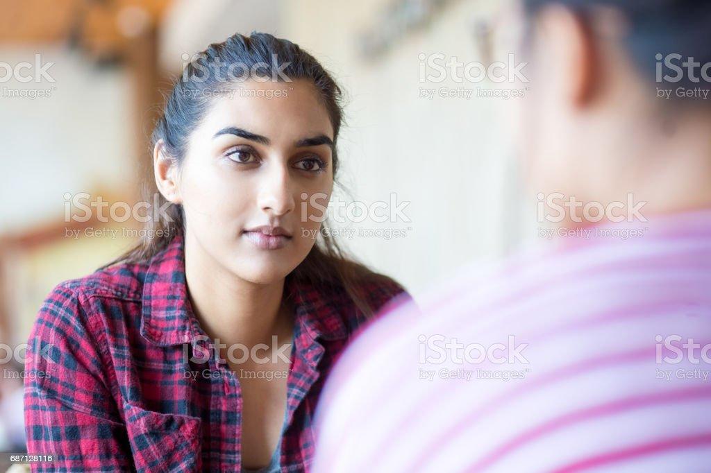 インドの女性の友人に話を集中しました。 ロイヤリティフリーストックフォト