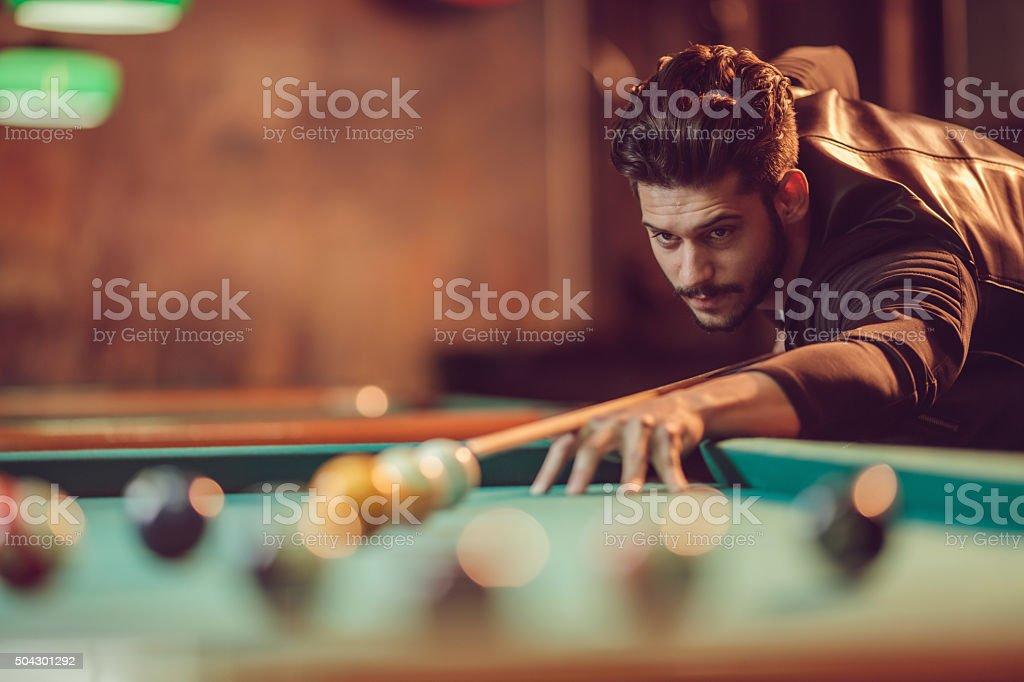 Concentré homme visant au ballon lors de billard jeu. - Photo