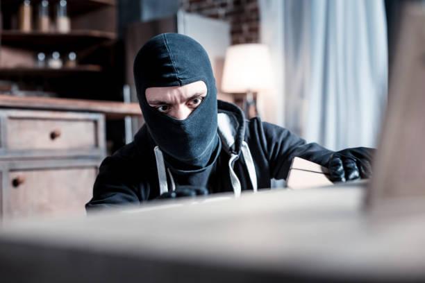 Ladrão de concentrado estrias e vestindo uniforme - foto de acervo