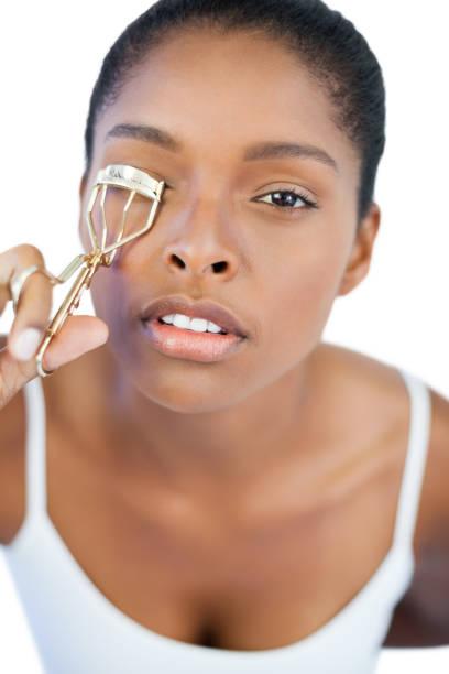 여자 그녀의 속눈썹을 위한 래쉬 컬러를 사용 하 여 집중 - 속눈썹 컬러 뉴스 사진 이미지
