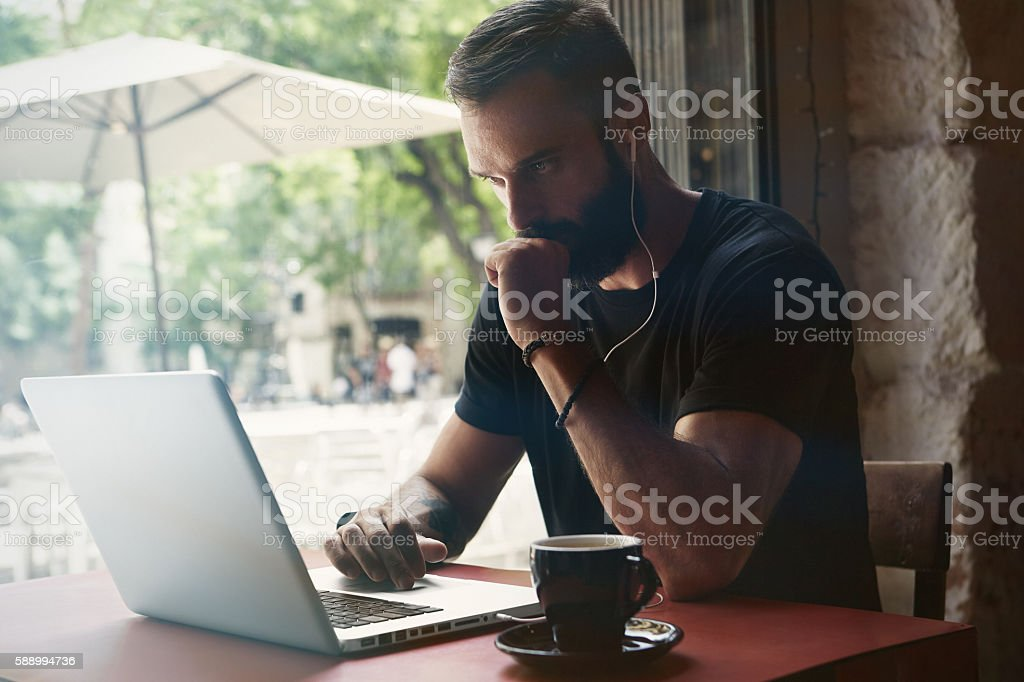 Concentrated Young Bearded Businessman Wearing Black Tshirt Working Laptop Urban стоковое фото