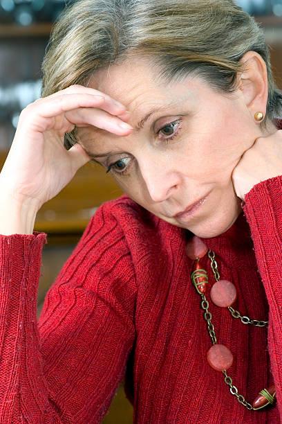konzentration - migräne vorbeugen stock-fotos und bilder