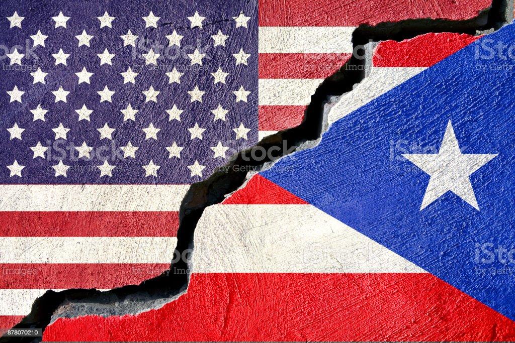 Concepto americano y la bandera de Puerto Rico sobre Fondo agrietado - foto de stock