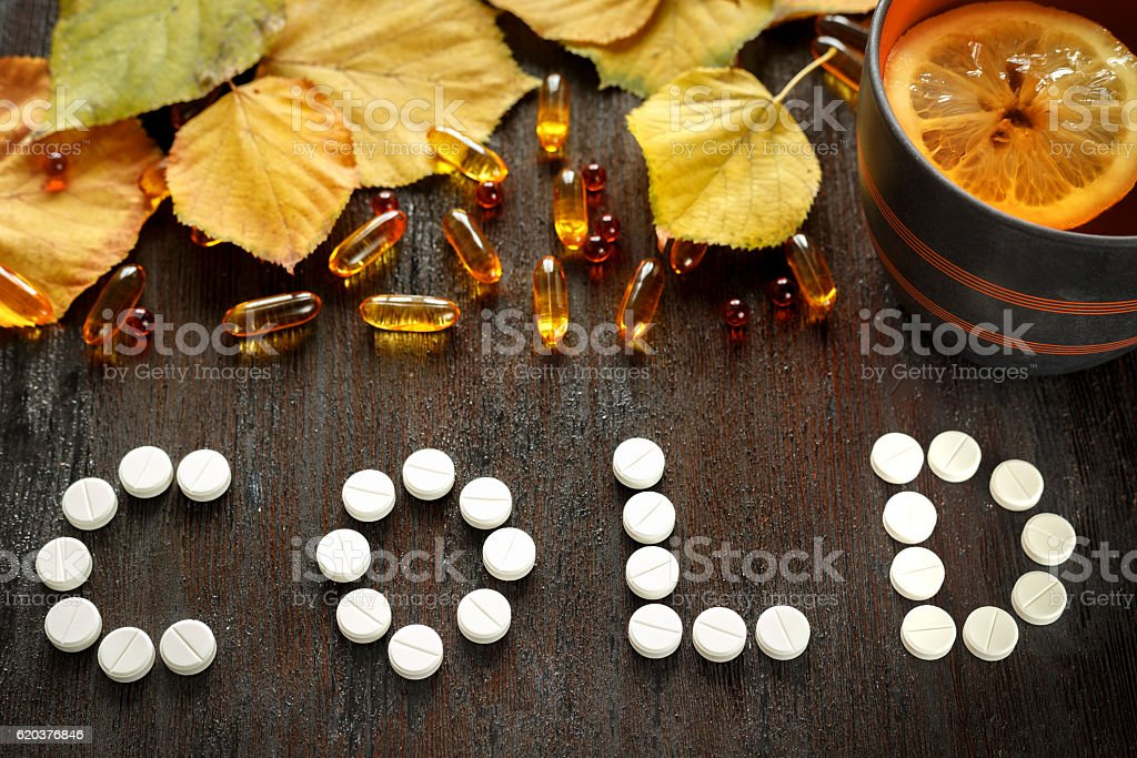 concept autumn cold treatment on wooden background top view foto de stock royalty-free