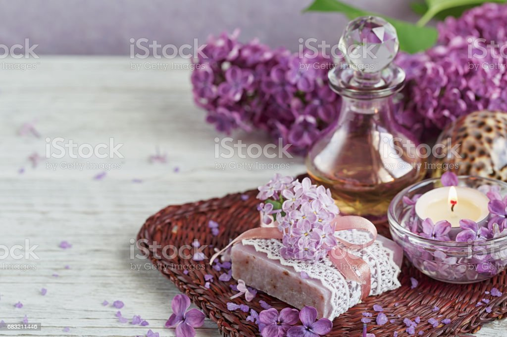 SPA concept: composition of spa treatment with natural sea salt,  aromatic oil and lilac flowers foto de stock royalty-free