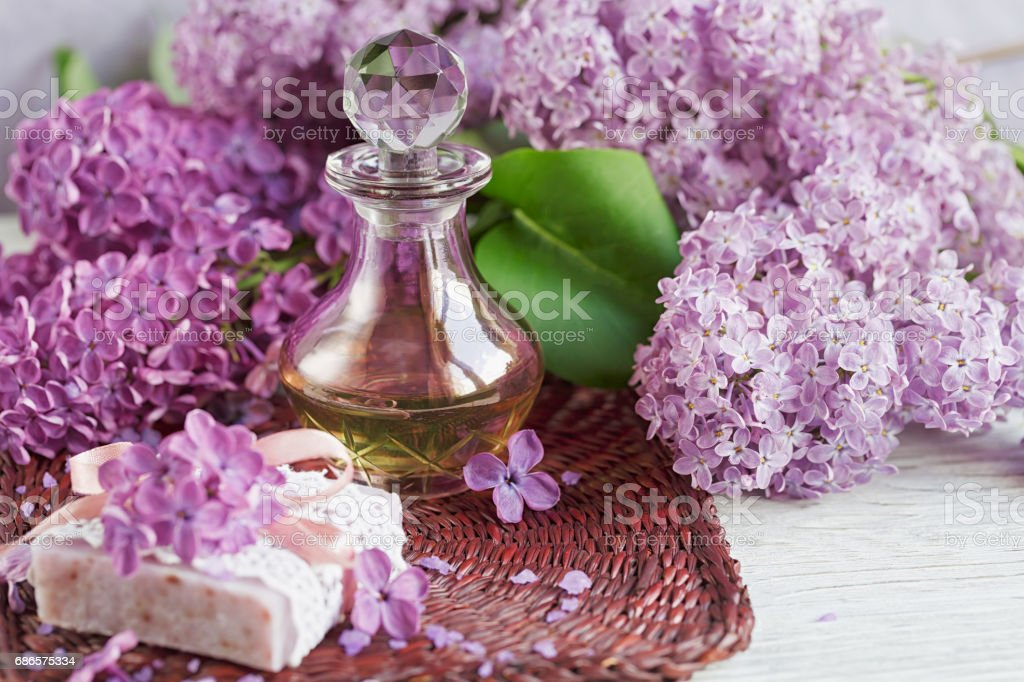SPA concept: composition of spa treatment with natural sea salt,  aromatic oil and lilac flowers foto stock royalty-free