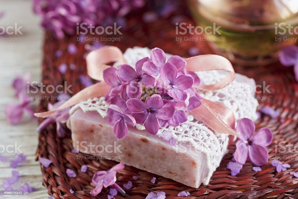 SPA concept: composition of spa treatment with natural sea salt,  aromatic oil and lilac flowers photo libre de droits