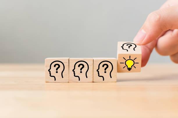 koncepcja kreatywna idea i innowacja. ręcznie przewracaj drewniany blok sześcianu z głową ludzkiego symbolu i ikoną żarówki - natchnienie zdjęcia i obrazy z banku zdjęć