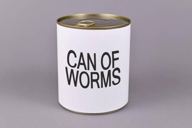 concepto para situaciones de dfifficult y experiencias desagradables que muestran una lata con etiqueta blanca y palabras 'lata de gusanos' - ironía fotografías e imágenes de stock