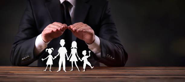 Konzept für Familienversicherung mit Geschäftsmann auf dunklem Boden – Foto