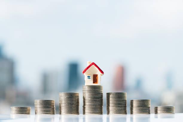 konzept für immobilienleiter, hypotheken-und immobilieninvestition. - hausmodell stock-fotos und bilder