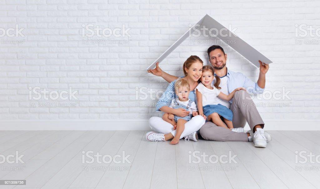 Konzept eine junge Familie wohnen. Vater Mutter und Kinder im neuen Zuhause – Foto