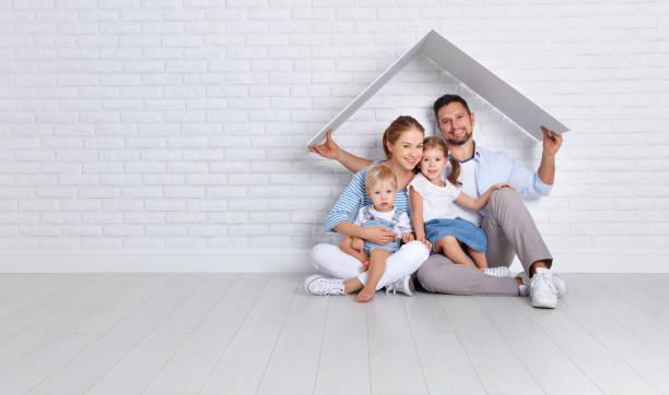 konzept eine junge familie wohnen. vater mutter und kinder im neuen zuhause - neue häuser stock-fotos und bilder