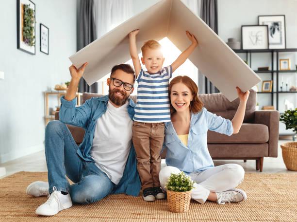 концепции жилья молодой семьи. мать отца и ребенка в новом доме с крышей дома - white background стоковые фото и изображения