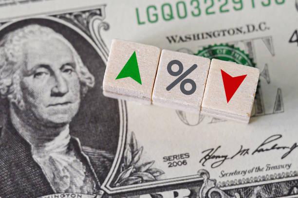 idea concettuale della fed, il sistema della federal reserve è il sistema bancario centrale degli stati uniti d'america e cambia i tassi di interesse. icona percentuale e simbolo freccia sul cubo di legno - guadagnare soldi foto e immagini stock