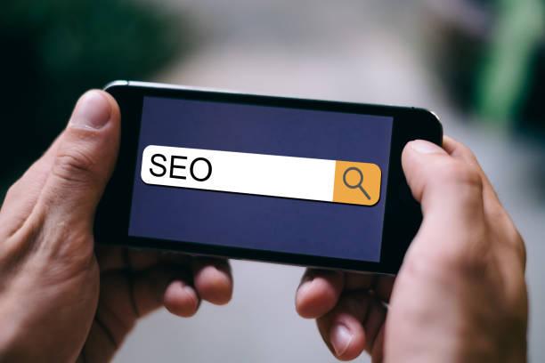 seo konzept: marketing seo auf smartphone-display - www kaffee oder tee stock-fotos und bilder